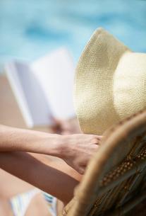 Mid-Adult Woman Wearing Sunhatの写真素材 [FYI02944471]