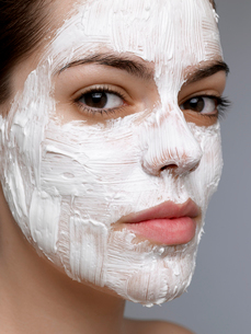 Young woman having face maskの写真素材 [FYI02944526]