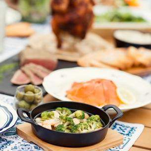 テーブルの上に並ぶグランピングの料理の写真素材 [FYI02944564]