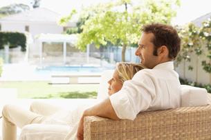 Mid adult couple relaxing on sofaの写真素材 [FYI02944566]