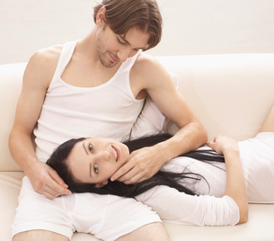 Mid-Adult Couple on Sofaの写真素材 [FYI02944575]