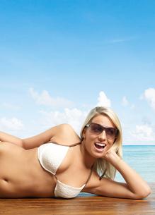 Young Woman Posing in Bikiniの写真素材 [FYI02944706]