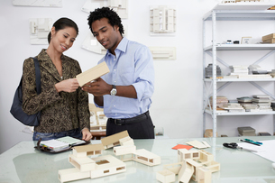 Woman and man examining model housesの写真素材 [FYI02944726]