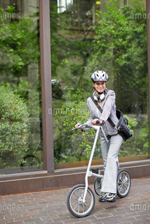 Businesswoman Commuting with Bicycleの写真素材 [FYI02944800]