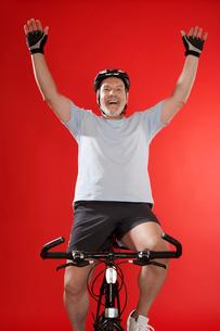 Senior male cyclist celebratingの写真素材 [FYI02944805]