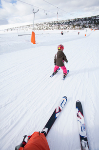 Norway, Osterdalen, Trysil, Girl (4-5) learning how to skiの写真素材 [FYI02944824]