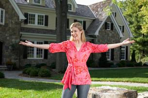 Portrait of mature woman near houseの写真素材 [FYI02944879]