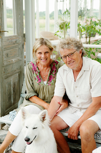 Sweden, Gotland, Bursvik, Burgegard, Portrait of smiling senior coupleの写真素材 [FYI02944886]