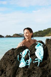 Young woman drying bikini on rockの写真素材 [FYI02944889]