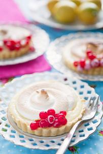 Sweden, Lemon meringue pie with red currantsの写真素材 [FYI02944937]