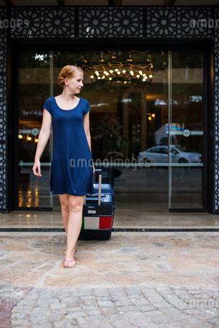 Turkey, Mugla, Marmaris, Women with suitcase leaving holiday resortの写真素材 [FYI02944940]