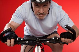 Senior male cyclist racingの写真素材 [FYI02944950]