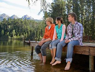 Three Teenagers at Lakeの写真素材 [FYI02944967]