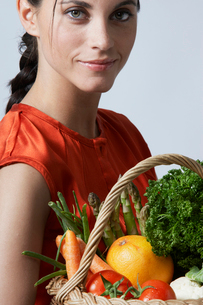 Young woman with vegetable basketの写真素材 [FYI02945004]