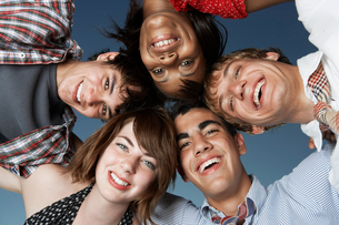 Five teenagers in a huddleの写真素材 [FYI02945006]