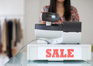 Sale Sign on Cash Registerの写真素材 [FYI02945017]