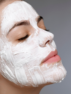 Young woman having face maskの写真素材 [FYI02945073]