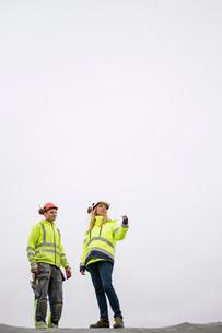 Sweden, Vastmanland, Woman talking to construction workerの写真素材 [FYI02945105]
