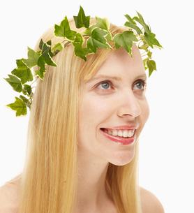 Blond Woman Wearing Wreathの写真素材 [FYI02945138]