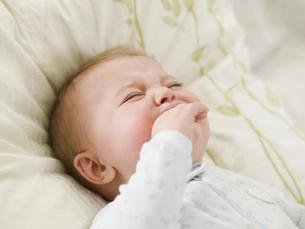 Unhappy Baby Boy Sucking Handの写真素材 [FYI02945154]