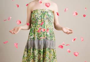 Young Woman Throwing Petalsの写真素材 [FYI02945166]