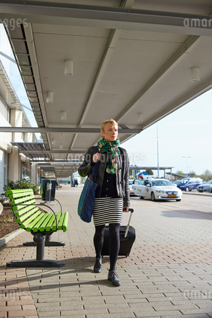 Sweden, Harryda, Landvetter, Woman walking with suitcase at the airportの写真素材 [FYI02945184]