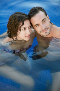 Portrait of mid adult couple in waterの写真素材 [FYI02945187]