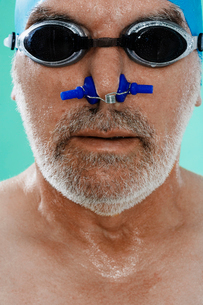 Senior male swimmer with nose clipの写真素材 [FYI02945212]