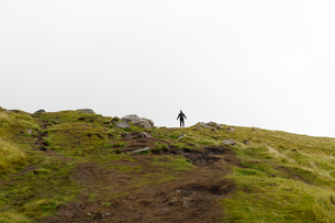 Woman standing on hill in Scotlandの写真素材 [FYI02945218]