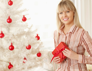 Mid-Adult Woman with Christmas Presentの写真素材 [FYI02945220]