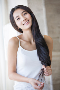 Young woman with long hairの写真素材 [FYI02945226]