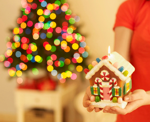 Woman Holding Christmas Decorationの写真素材 [FYI02945251]