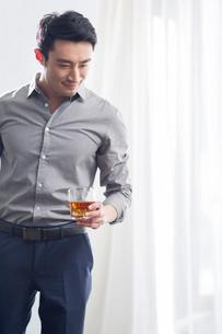 Young man enjoying fine wineの写真素材 [FYI02945273]
