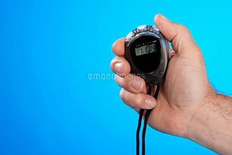 Man holding stop watchの写真素材 [FYI02945275]