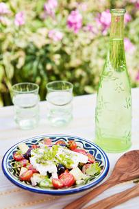 Sweden, Skane, Hoganas, Greek salad with bottle of white wineの写真素材 [FYI02945279]