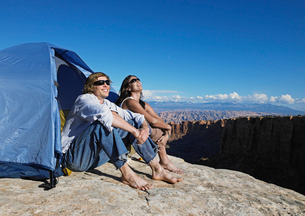 Couple looking at view at campsiteの写真素材 [FYI02945280]