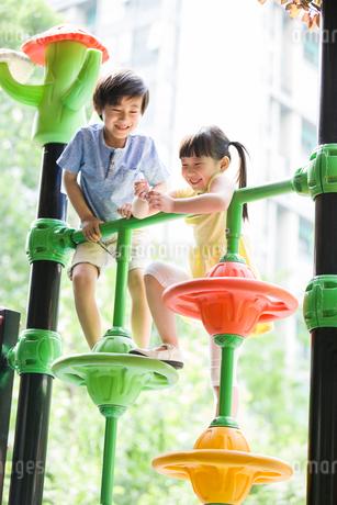 Children playing in amusement parkの写真素材 [FYI02945310]