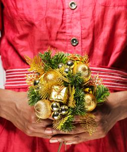 Woman Holding Christmas Decorationの写真素材 [FYI02945314]