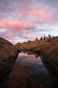 Rock pool at sunset in Bjuroklubb, Swedenの写真素材 [FYI02945334]