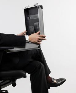 Businessman Opening Briefcaseの写真素材 [FYI02945337]