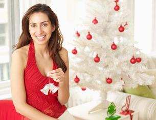 Woman Holding Christmas Tree Decorationの写真素材 [FYI02945362]
