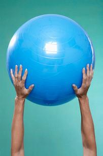 Mature woman holding Swiss ballの写真素材 [FYI02945394]