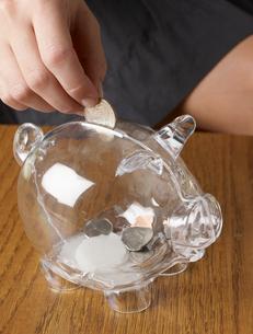 Person Saving Money in Piggy Bankの写真素材 [FYI02945419]