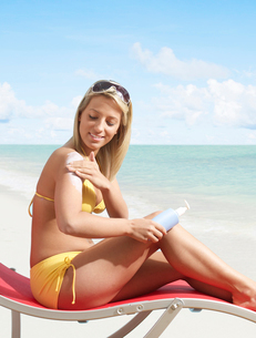Woman Applying Sun Screenの写真素材 [FYI02945432]