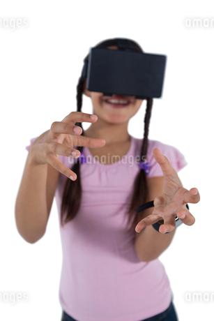 Teenage girl using virtual reality headsetの写真素材 [FYI02945442]