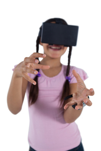 Teenage girl using virtual reality headsetの写真素材 [FYI02945442]