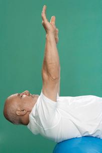 Senior man exercising on Swiss ballの写真素材 [FYI02945457]