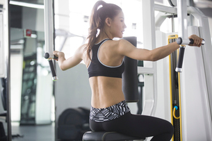 Young woman exercising at gymの写真素材 [FYI02945466]