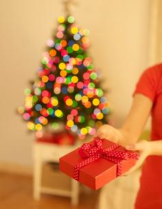 Woman Giving Christmas Presentの写真素材 [FYI02945478]