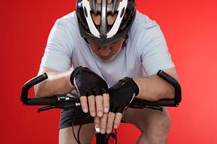 Senior cyclist leaning on handlebarsの写真素材 [FYI02945512]